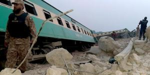 Pakistan'da tren raydan çıktı: 1 meyyit, 40 yaralı