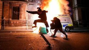 Polise daha fazla yetki İngiltere'yi karıştırdı: Sokaklar yangın yerine döndü