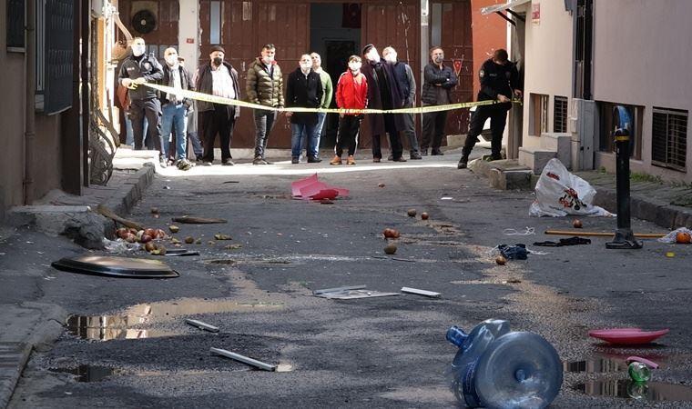 Sinir krizi geçiren yurttaş evdeki eşyaları sokağa attı, polis müdahale etti