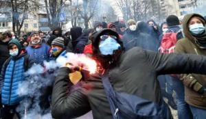 Ukrayna'da sokaklar karıştı: Polis, müdahalede zorlandı