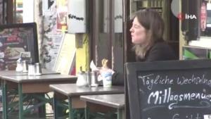 Berlin'de kafe ve restoranların dış alanları müşterilere açıldı