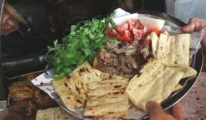 Denizli'nin tescilli lezzeti 'tandır kebabı' paket servisle iftar sofralarını süslüyor