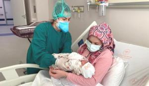 Doğuma 5 gün kala koronavirüse yakalandı, hastalığı bebeğiyle yendi!