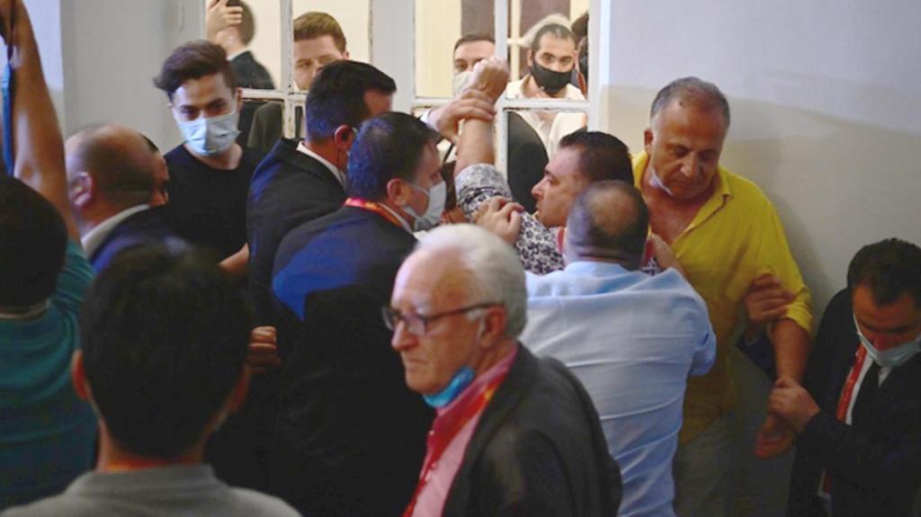 Galatasaray'ın başkanlık seçiminde ortalık karıştı! Galatasaray Lisesi koridorlarında destekçiler birbirine girdi