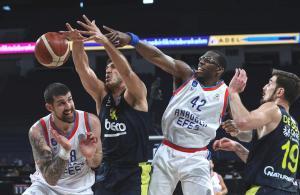 Gergin maçta 5 diskalifiye! Anadolu Efes Fenerbahçe'yi 95-73 mağlup etti