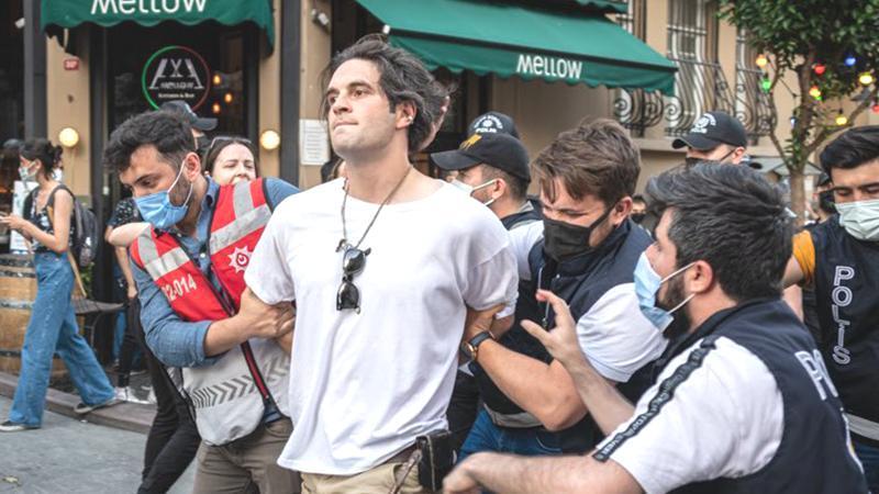 Onur Yürüyüşü'nde Gözaltına Alınan Kahya Anlattı: 'Herkes Sussun İsteniyor'