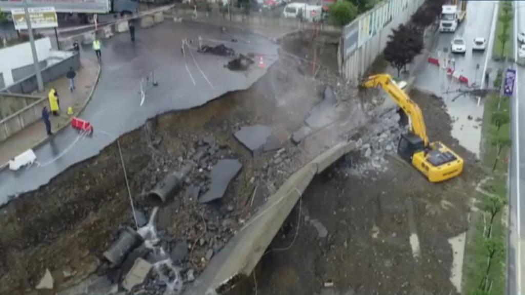Şiddetli yağış sonrası Başakşehir'de istinat duvarı çöktü! Ekipler olay yerinde