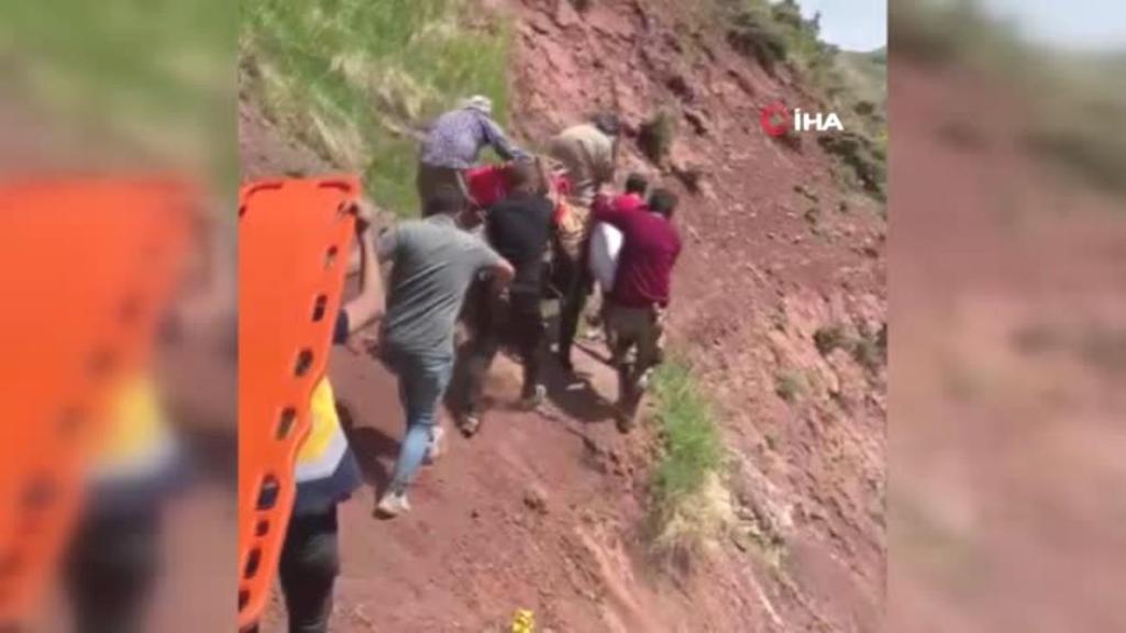 Son dakika haberleri: Vefakar sağlıkçılar 2 bin 500 rakımdaki hastaya yaya ulaştı, ambulans helikopterle hastaneye gönderildi