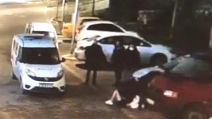 Tepki Çeken Şiddet Görüntülerine Emniyet'ten Savunma: 'Elindeki Çantayla Polislere Saldırdı'