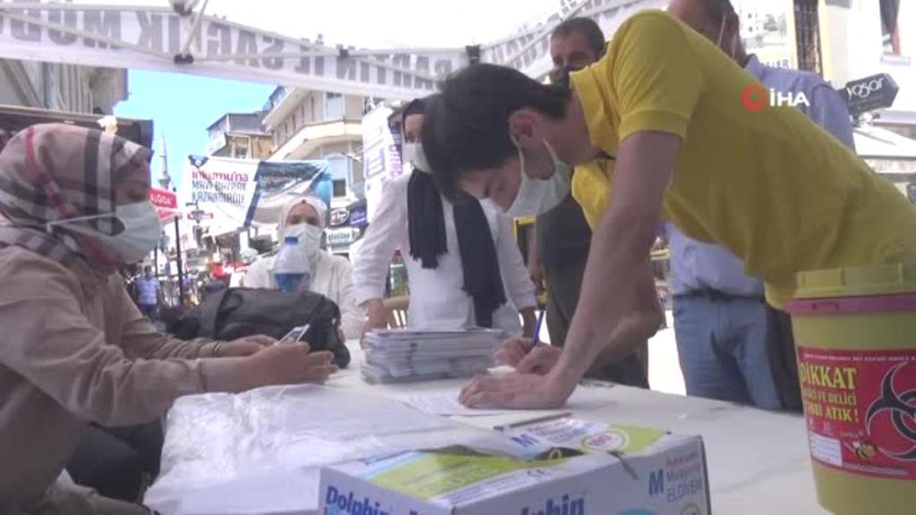 Vatandaşlar caddede kurulan mobil aşı istasyonunda aşılarını oluyor