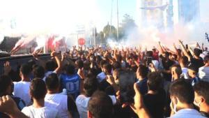 Adana'da Balotelli izdihamı! Dünyaca ünlü futbolcuya dokunmak için birbirleriyle yarıştılar