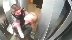 Asansörde bir garip olay! Genç çift önce birbirlerini kanlar içinde bıraktı, ardından temizlik yaptı