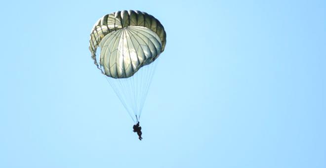 Paraşütü açılmayan asker evin çatısına çakılıp mutfağa düştü