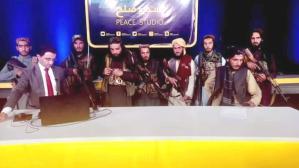 Afganistan televizyonunda tarihi anlar! Taliban elinde silahla yayına çıktı