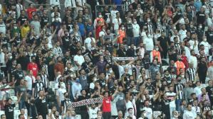 Beşiktaş taraftarından Çaykur Rizespor maçında çarpıcı protesto: Ülkede mülteci istemiyoruz