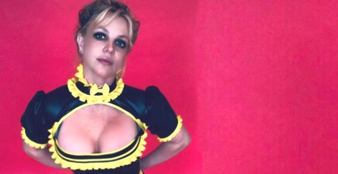 Britney Spears kafaları karıştırıyor! Göğüslerini elleriyle kapatıp peş peşe verdiği pozları paylaştı