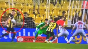 Fenerbahçe-Antalyaspor maçına tartışmalı penaltı pozisyonu damga vurdu! Galatasaray ve Beşiktaşlılar çıldırdı