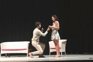 Mersin'de tiyatro sahnesinde sürpriz evlilik teklifi