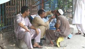 Pakistan'da ihtiyaç sahipleri, ucuz olduğu gerekçesiyle 'sokak dişçilerini' tercih ediyor