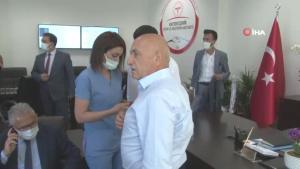 Vekilin aşısını doktor belediye başkanı yaptı