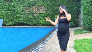 Hamilelik güzelliği yüzüne yansıdı! İkinci çocuğunu bekleyen Bengü'nün kırmızı elbisesine övgü yağdı