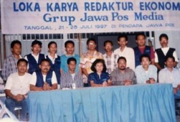 Foto bersama Dahlan Iskan saat Loka Karya di Pendopo Jawa Pos, 21-26 Juli 1997.