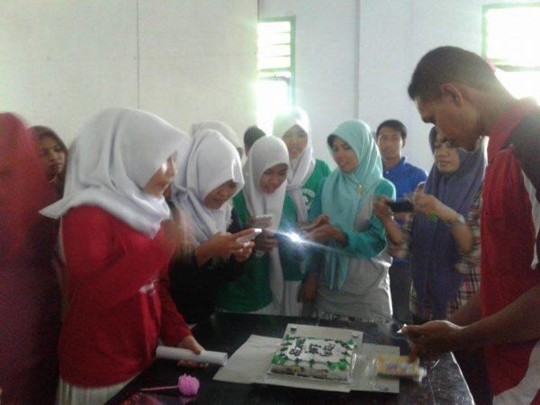 DOKSMAALIKHWAN: Siswa saat menyiapkan kue tart untuk para guru sekolah setempat.