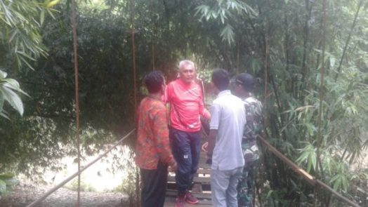 Wabup Bima, H Dahlan saat meninjau kondisi jembatan gantung.
