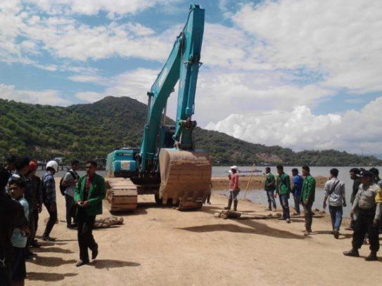 Protes warga dara terhadap penimbunan di Ama Hami.