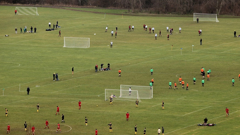 Kompetisi Sunday League di Hackney Marshes