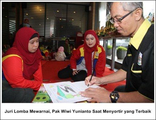 Juri Lomba Mewarnai, Pak Wiwi Yunianto Saat Menyortir yang Terbaik