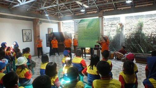 Belajar Angklung di Kampung Wisata Cinangneng