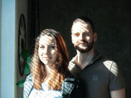 Max en Lesley Wildoer uit Andijk Met de deur in huis Binding