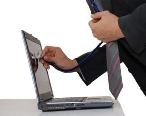 Docteur auscultant un ordinateur avec son stethoscope