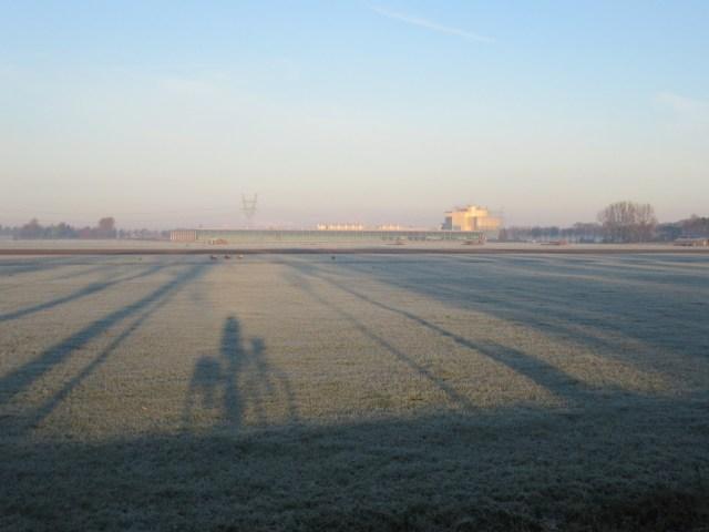 Beemster in Beeld - Hoe een grote fabriek opgaat in het landschap en de schaduw van mijzelf op de fiets