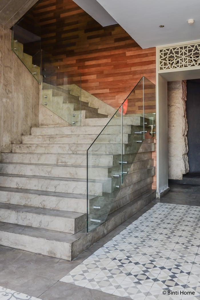 Concrete stairs in modern Arabic interior at Tamara Lebanese Bistro Cairo Festival City Mall Cairo Egypte ©BintiHome