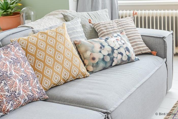 Interieurinspiratie kussen styling in de woonkamer ©BintiHome-8