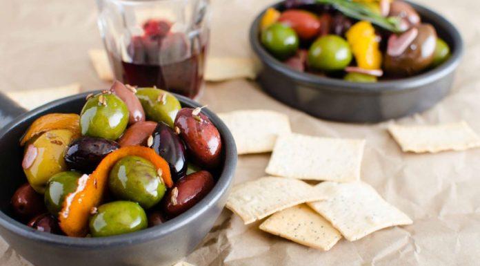 Olives chaudes à l'ail, au romarin et au citron