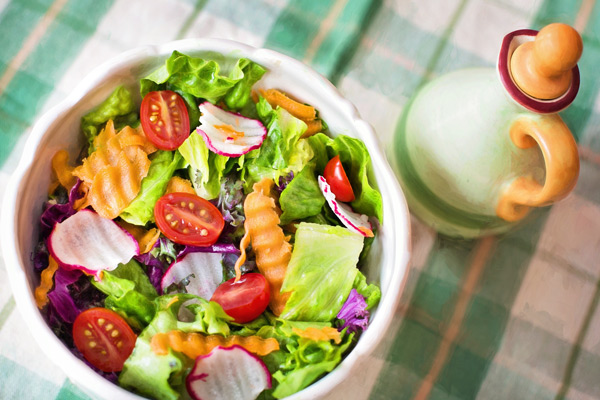 Salade aux légumes, plat végétarien