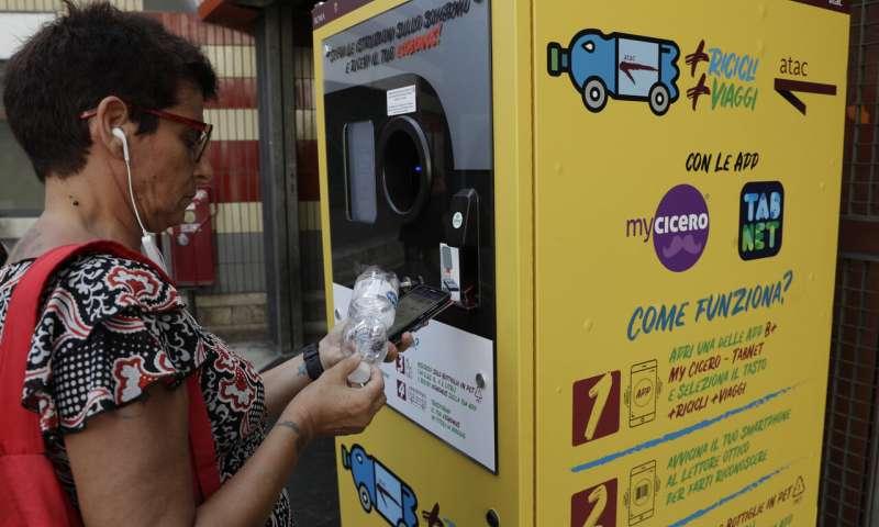 Roma: Cambian botellas de plástico por crédito para viajar en subte
