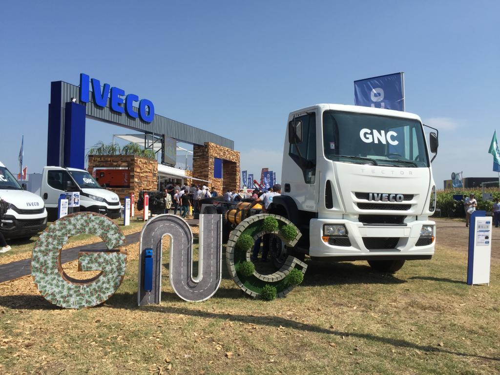 Iveco presentó en Expoagro su nueva línea de camiones, con versiones a GNC y biometano