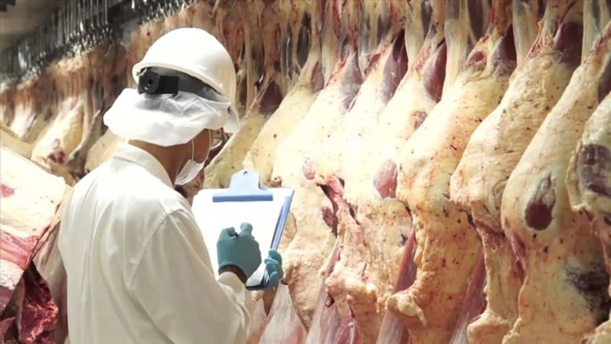 Trump ordena que las plantas procesadoras de carne permanezcan funcionando durante la pandemia