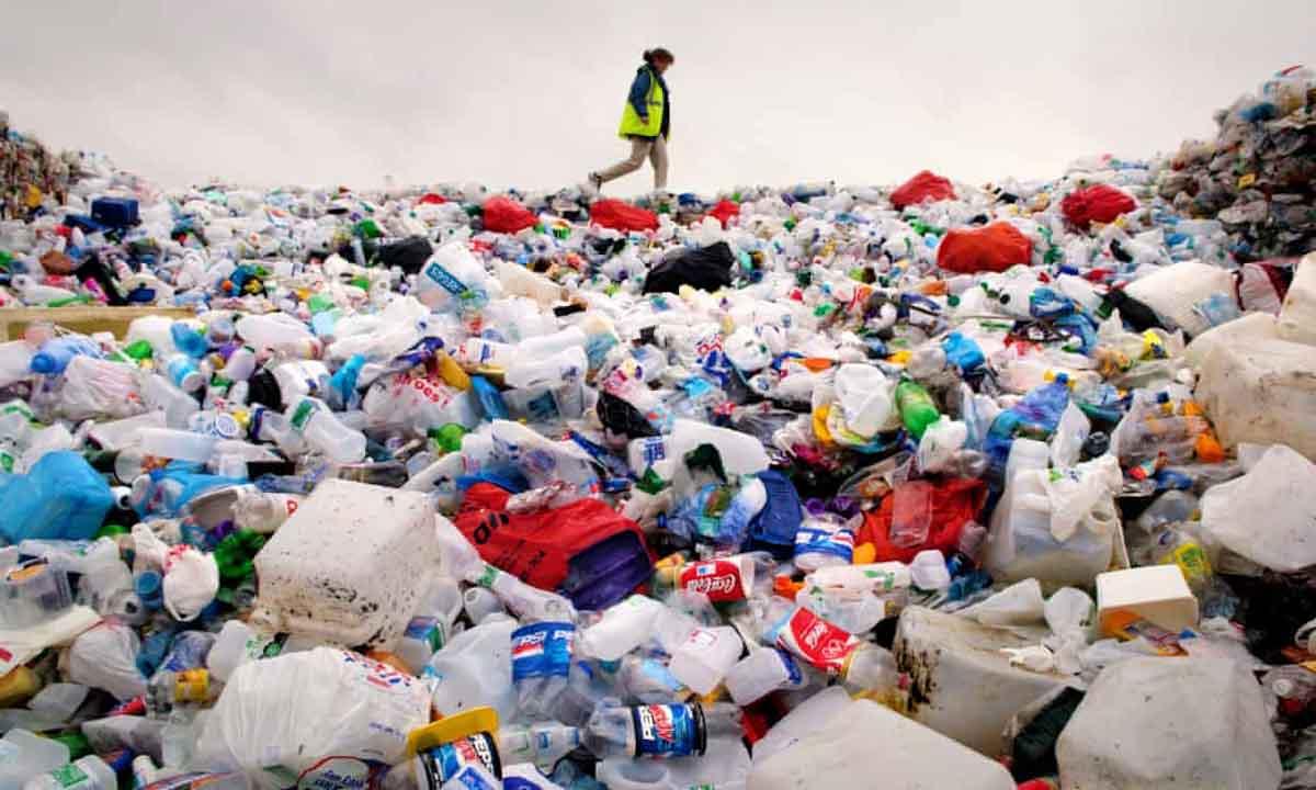 La superenzima que se come botellas de plástico seis veces más rápido