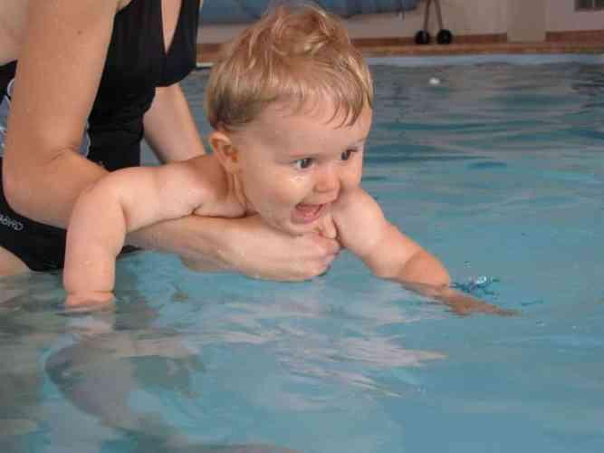 Emmener son bébé à la piscine : Pourquoi ? Quand et précautions