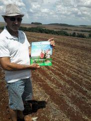 O agricultor Aristides Obregão Matoso, de Aral Moreira, com o jornal do programa, logo após a colheita.