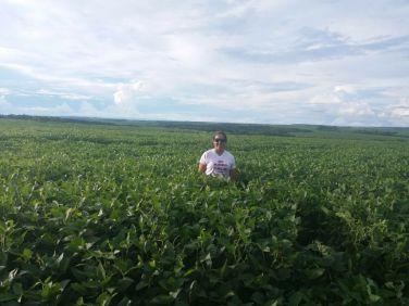 Mariana Saggin durante atendimento do programa de agricultura familiar da Cargill em Ponta Porã/MS.