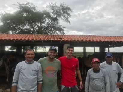 Registro feito no início deste ano: Equipe de funcionários da fazenda juntamente com Franciso Higor (Segundo da esquerda para direita) e seu filho à direita.