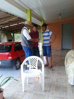 O consultor Renato Ichisato explica como utilizar o livreto de identificação de pragas e doenças, em São Mateus - PR.