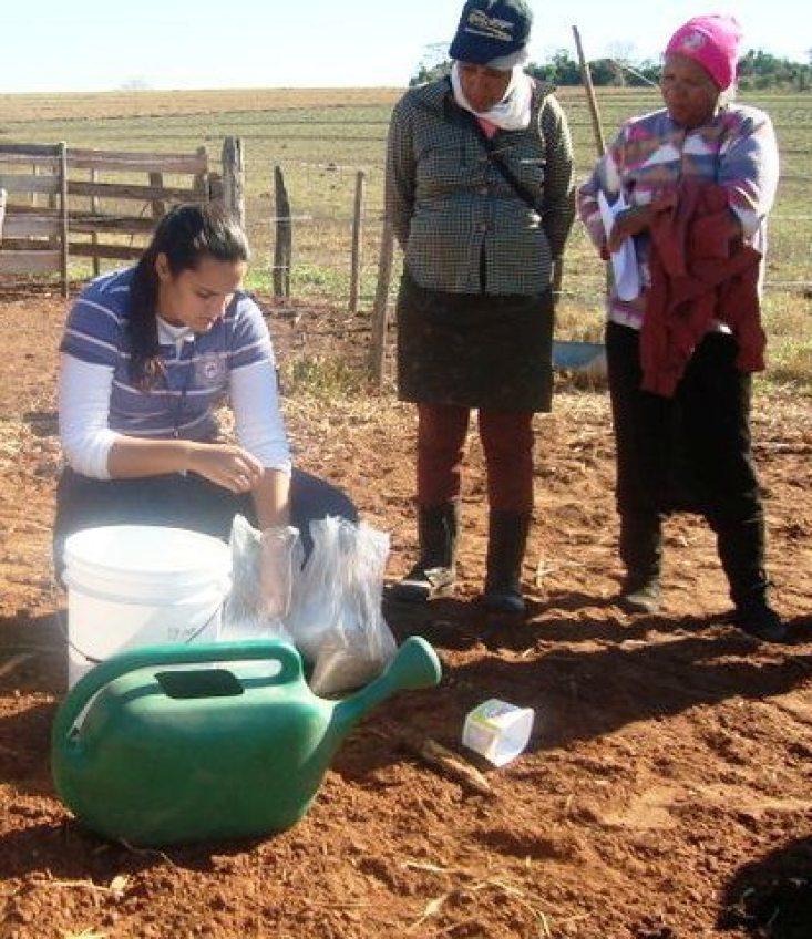 A zootecnista Uyara Assi, coordenora do escritório do IBS de Promissão, durante capacitaçãopara produtores rurais sobre utilização de ureia.