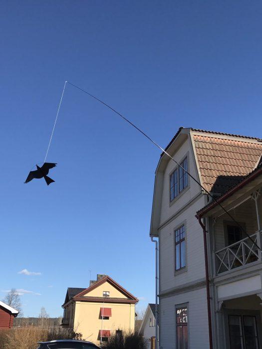 Fågelskrämma på balkong monterad med spö och jordspett
